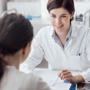 Ophtalmologiste en examen
